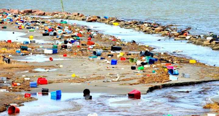 Basura acumulada en una playa.