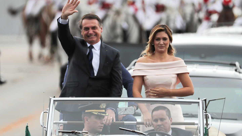 air Mesías Bolsonaro con su esposa Michelle saluda a sus seguidores en Brasilia.