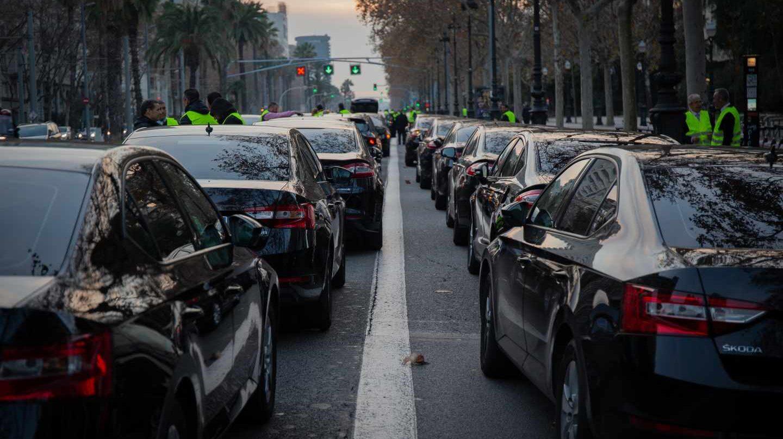 Protesta en la Diagonal de Barcelona de los vehículos VTC (Uber y Cabify).