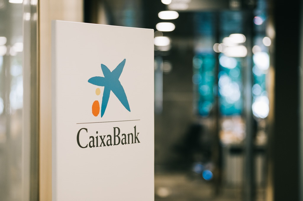 Entrada a una sucursal de CaixaBank.