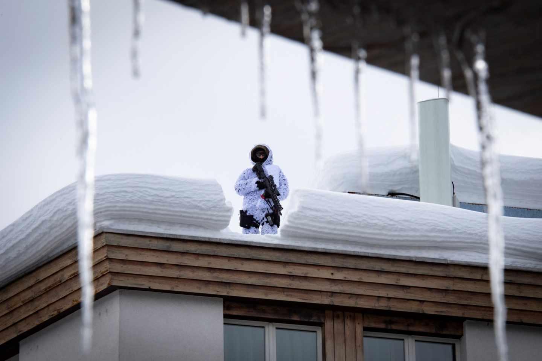 Un miembro del ejército suizo vigila en el tejado del hotel Kongress en la víspera de la 49º reunión anual del Foro Económico Mundial, este lunes en Davos, Suiza