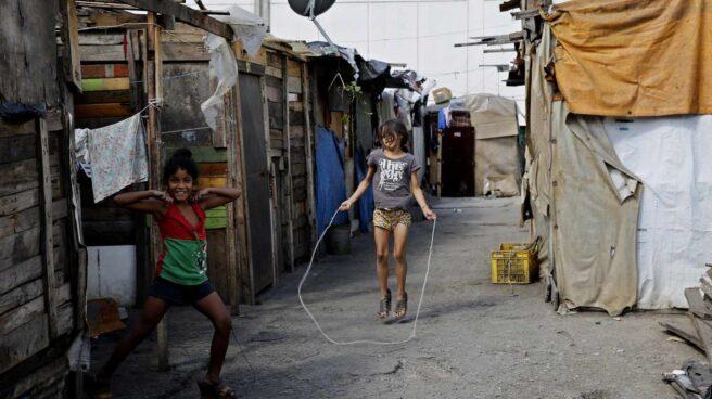 Dos menores en el popular barrio del Petare, en Caracas.
