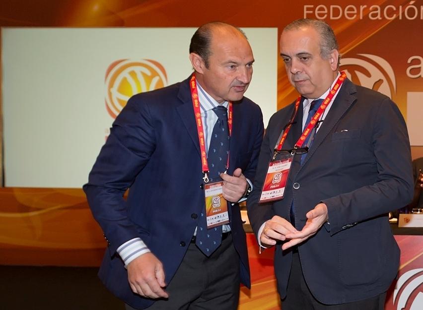 Luis Giménez y José Luis Sáez, en una asamblea de la Federación Española de Baloncesto (FEB).
