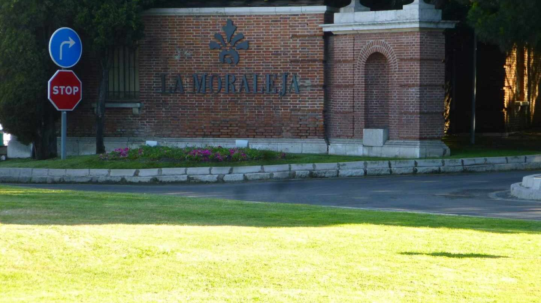 Una de las entradas del barrio de la Moraleja en Madrid