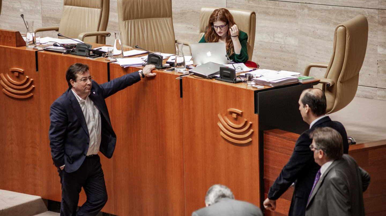 El presidente de Extremadura, Guillermo Fernández Vara, durante un pleno de la Asamblea de Extremadura.