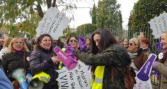 Concentración feminista a las puertas del Parlamento de Andalucía.