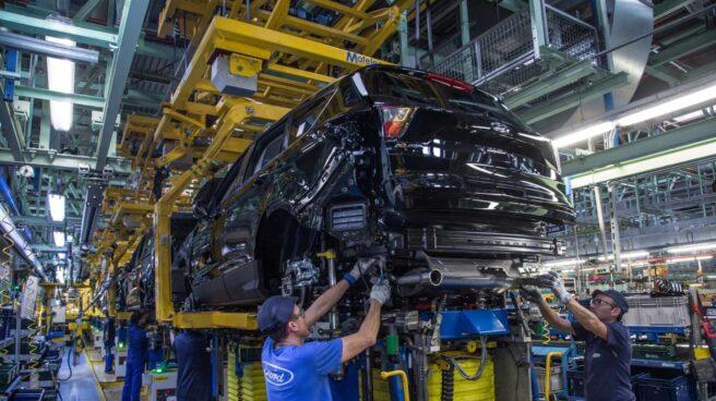 Operarios en la fábrica de Ford en Almussafes (Valencia).