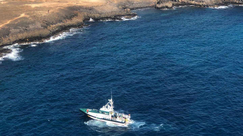 Fotografía facilitada por la Guardia Civil en la que se observa una patrullera rastreando la costa de Los Ancores, en Costa Teguise, en busca del cuerpo de la joven Romina Celeste