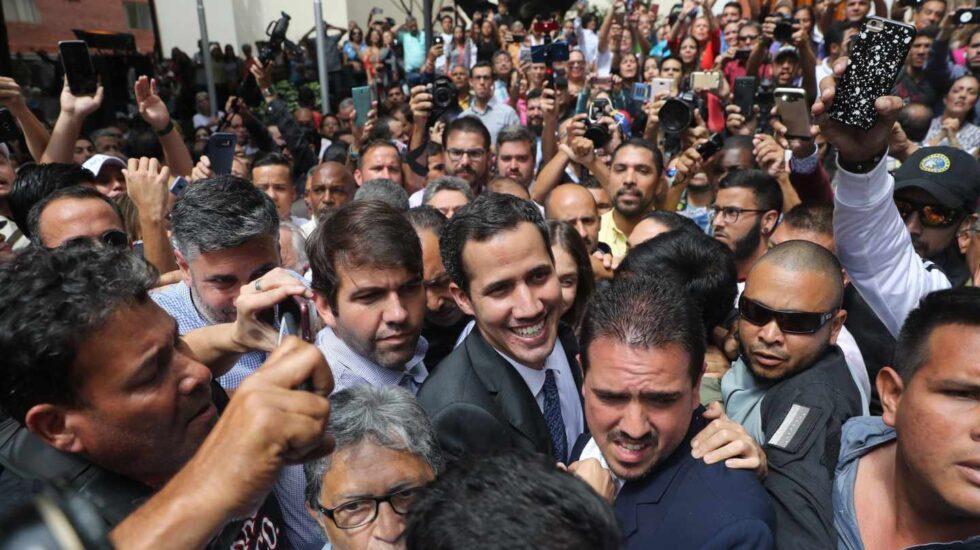 El presidente encargado de Venezuela, Juan Guaidó (C), a su llegada este viernes a un evento público con diputados en una plaza en el este de Caracas (Venezuela).