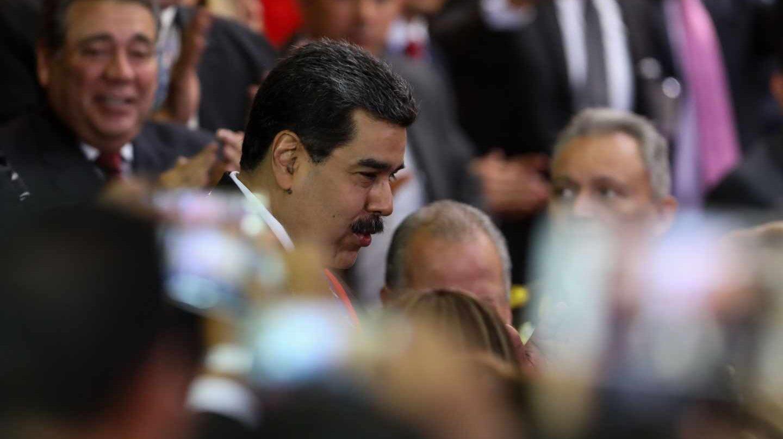 Nicolás Maduro (c), llega a la ceremonia de apertura al año judicial, este jueves en Caracas (Venezuela). Maduro se presentó a la sede del Tribunal Supremo de Justicia (TSJ) para recibir el respaldo de los magistrados, en medio de la crisis de legitimidad que atraviesa y tras la autoproclamación del diputado Juan Guaidó como presidente encargado.