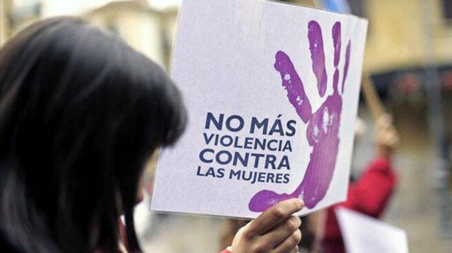 """Pancarta contra la violencia de género que dice: """"No más violencia contra las mujeres"""""""