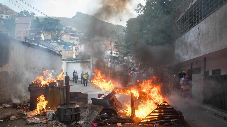 Manifestantes en las calles de San José de Cotiza en respaldo de los sublevados.