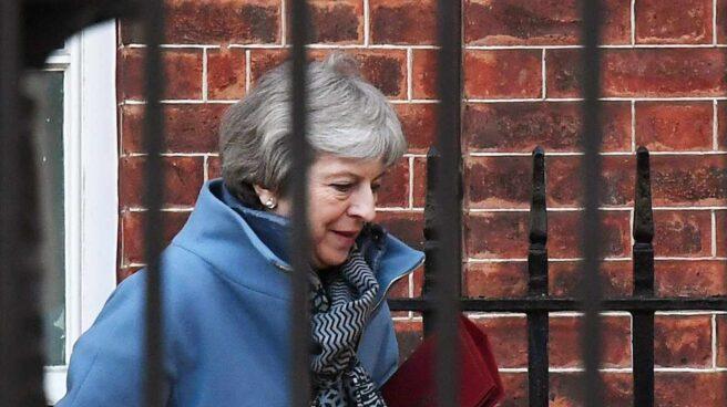 La primera ministra británica, Theresa May, sale del 10 de Downing Street.
