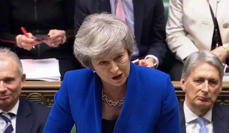 La primera ministra británica, Theresa May, responde al líder opositor, Jeremy Corbyn,, en el Parlamento.