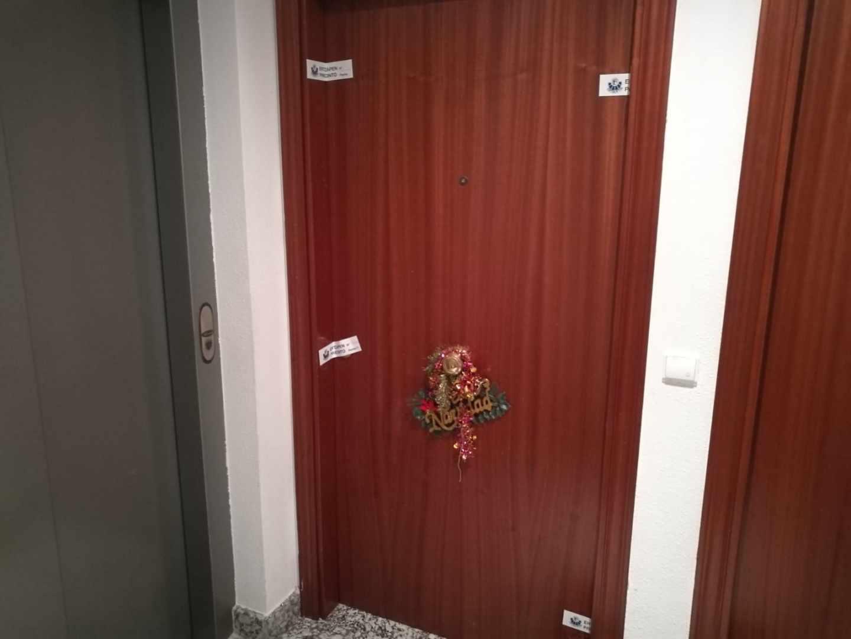 Puerta del domicilio donde se ha encontrado el cadáver de la niña.