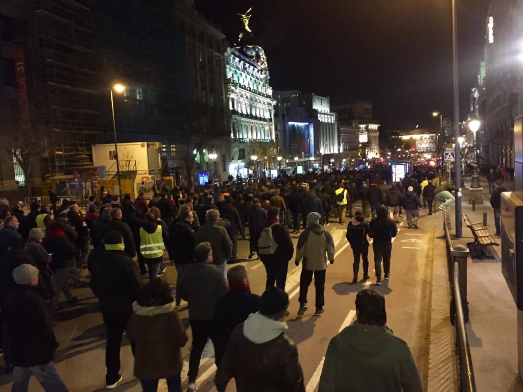 Los taxistas caminan por la calle de Alcalá (Madrid).
