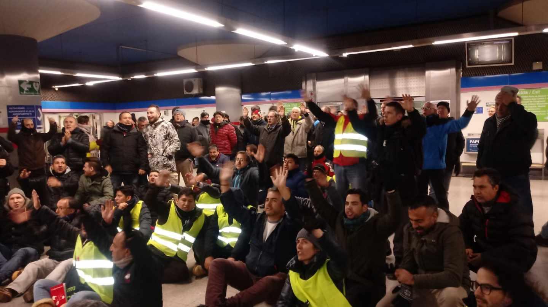 Protesta de los taxistas en la estación de Metro de Campo de las Naciones, en el parque ferial de Madrid donde se celebra Fitur.