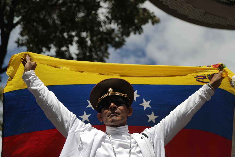 Un simpatizante de Guaidó, en un guiño a los militares, en una concentración en Caracas.