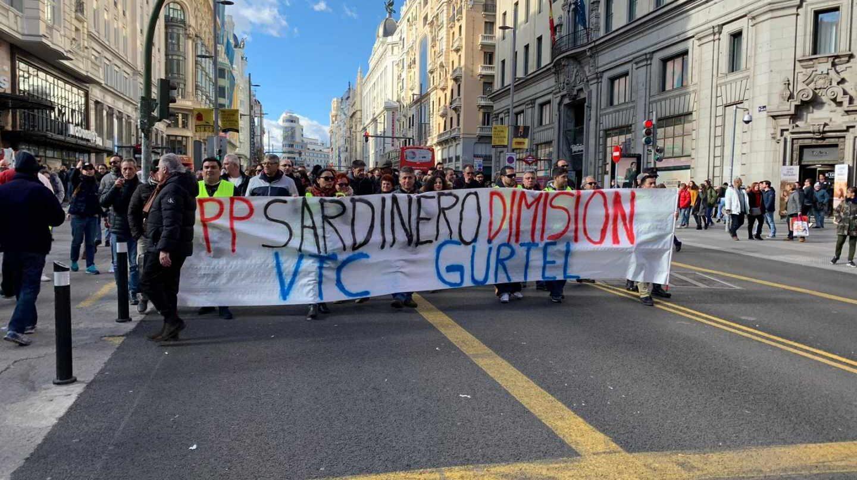 Taxistas en huelga cortan la Gran Vía de Madrid.