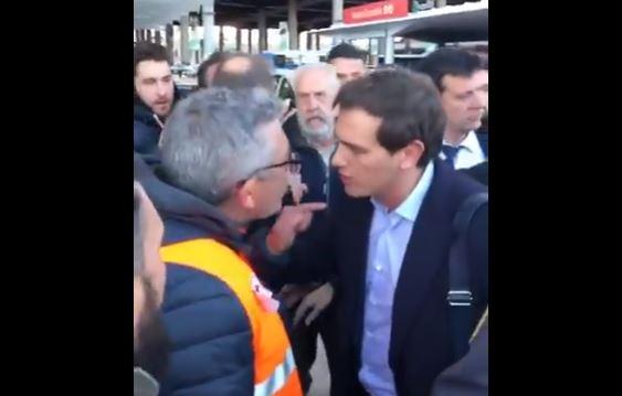 Albert Rivera, perseguido e insultado por los taxistas al llegar a Atocha