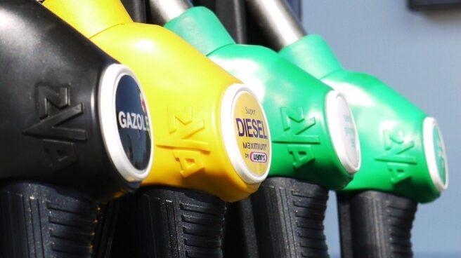 Mangueras para repostar en un surtidor de carburantes. Las ventas de coches de gasolina superan a las de diésel en 2018 por primera vez en 20 años.