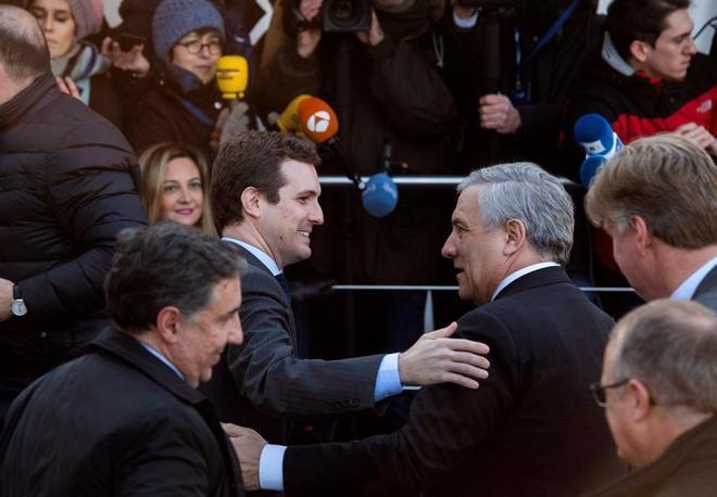Casado saluda a Tajani en uno de sus viajes al Parlamento Eurpoeo
