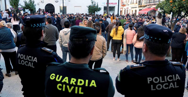 Agentes de la Guardia Civil vigilan la manifestación convocada este lunes en Casariche (Sevilla).