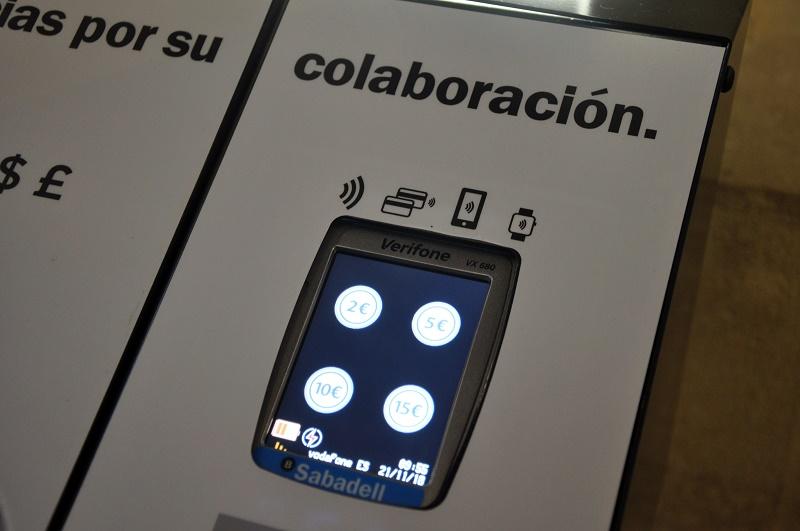 Atril electrónico con el que se podrán pagar limosnas y donativos con tarjeta electrónica o el móvil en varias iglesias de Bilbao.