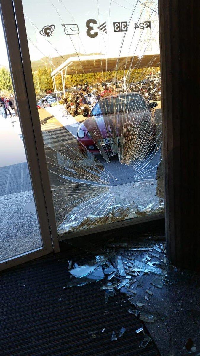 Un conductor ha empotrado su coche contra la puerta de las instalaciones de TV3.