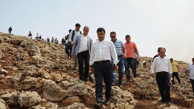 Selahattin Demirtas (en el centro, con camisa blanca), en la frontera turcosiria en el año 2015.