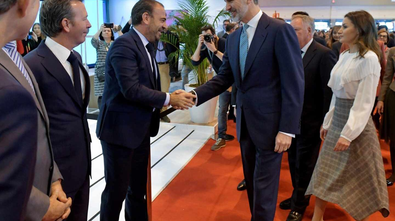 El consejero delegado de Meliá, Gabriel Escarrer, saluda al Rey en Fitur.