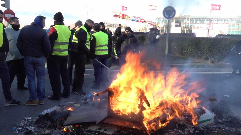 Una hoguera frente a Ifema durante la protesta del taxi.