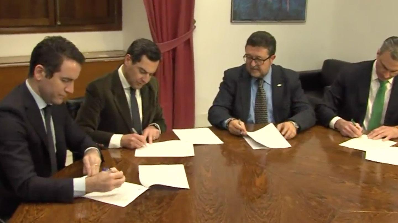Las delegaciones de PP y Vox firman el acuerdo que permite la investidura de Moreno