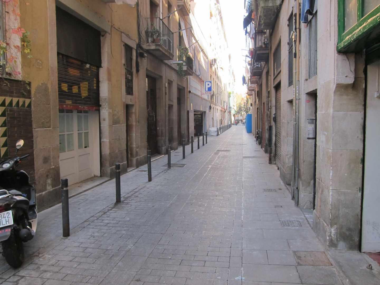 Una calle del Raval de Barcelona, cuya escasa ventilación favorece la concentración de amoniaco.