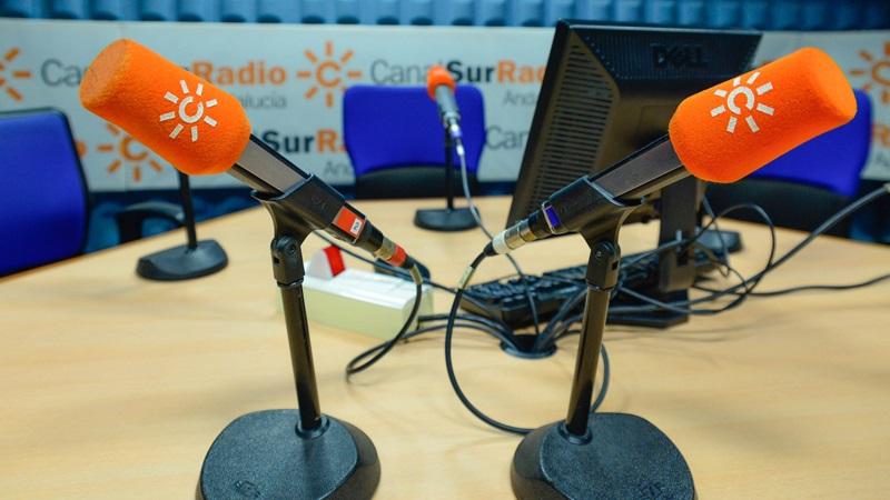 Micrófonos en un estudio de Canal Sur Radio.