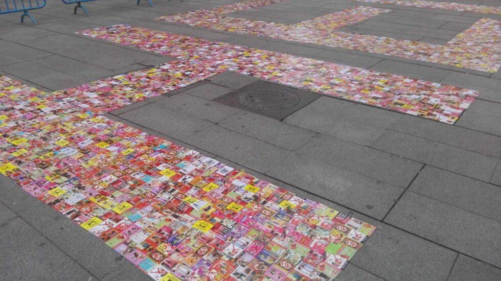 Un acto reciente en la Plaza de Callao en Madrid quiso hacer visible el problema de la trata de personas escribiendo con 'flyers' la palabra HELP.