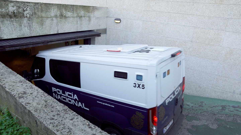 Furgón policial en los juzgados de Vigo.