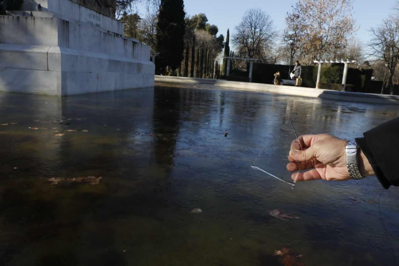 Un trozo de hielo formado en el lago de un parque por las bajas temperaturas registradas.