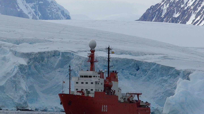 El Hespérides, en aguas del Antártico.