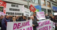 Trabajadores de VTC, frente a la sede de Podemos.
