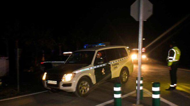 Un coche de la guardia civil en Tolalan.