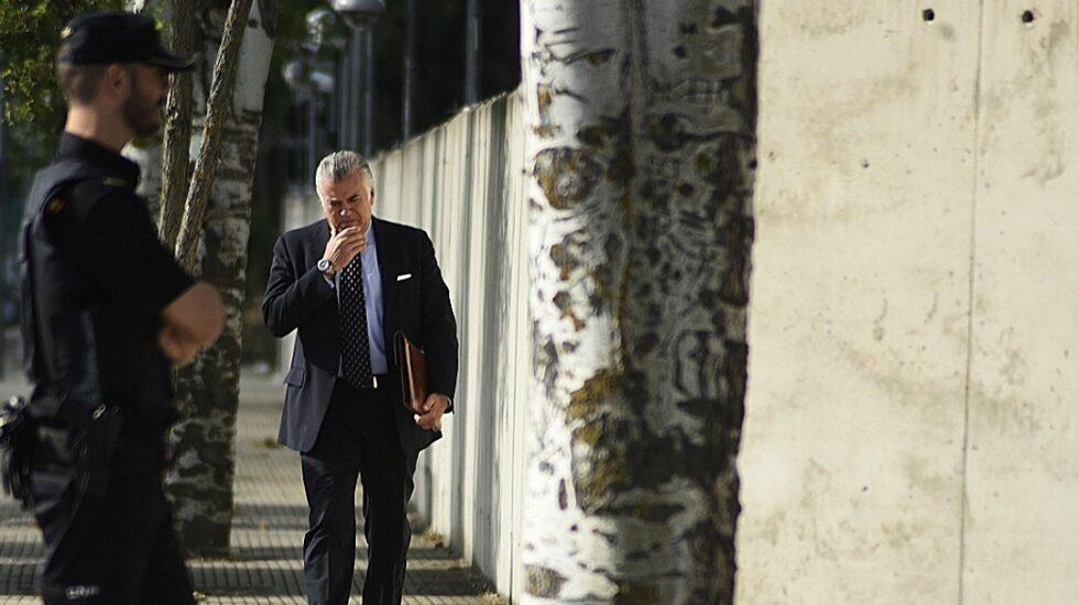 Luis Bárcenas, ex tesorero y ex senador del PP, dirigiéndose a la Audiencia Nacional.