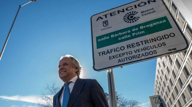 El presidente de Madrid Foro Empresarial, Hilario Alfaro, posa en uno de los accesos de Madrid Central.