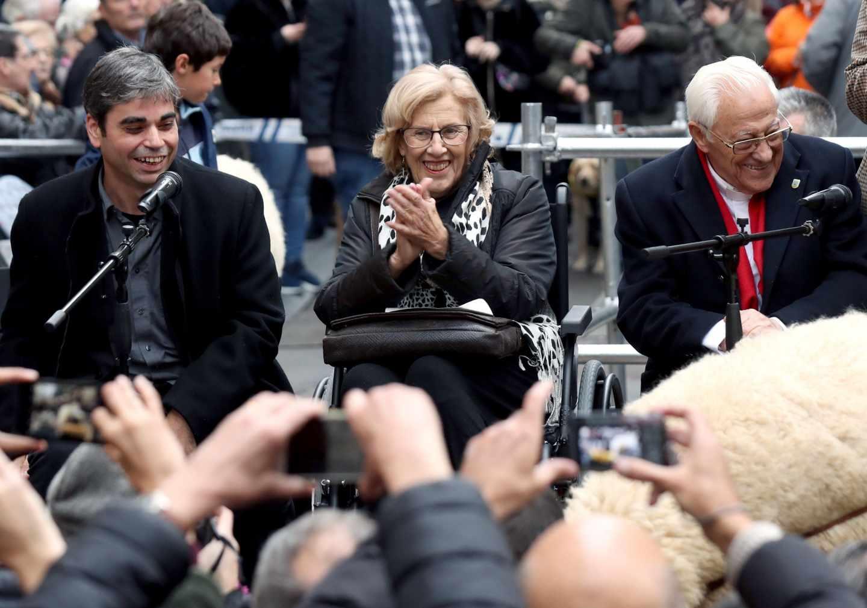 Manuela Carmena, durante un acto celebrado en Madrid junto al Padre Ángel y al concejal Jorge García Castaño.