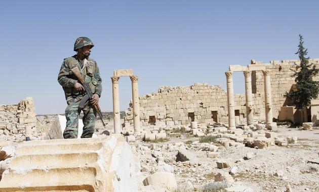 Un soldado sobre las ruinas del complejo arqueológico de Parmira, en Siria