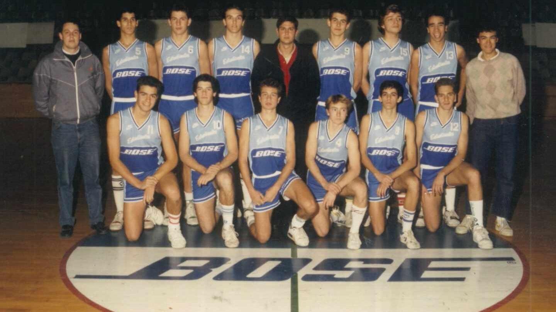 Pedro Sánchez (abajo a la izquierda, con el dorsal 11), durante su primer año como juvenil del Estudiantes, en 1988.