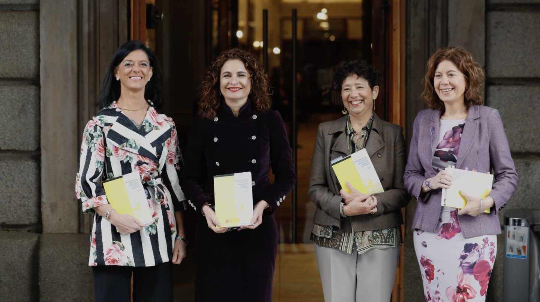 La ministra de Hacienda, María Jesús Montero (2ª, izqda.), en la entrega de los Presupuestos en el Congreso.