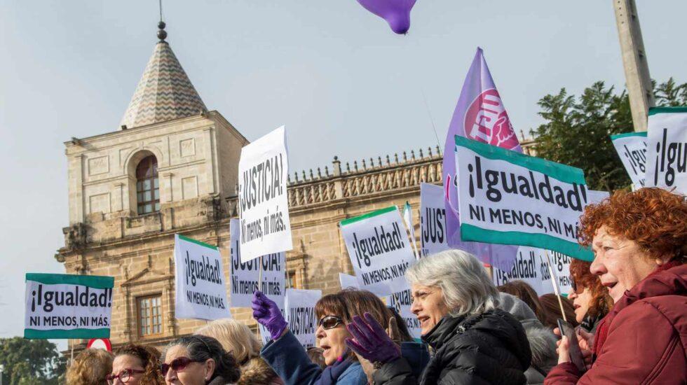 Un momento de la protesta frente al Parlamento andaluz.