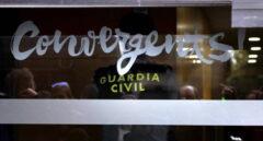 La Guardia Civil, en la sede de Convergència durante un registro en el marco del 'caso 3 por ciento'.