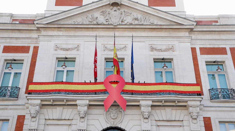 La Real Casa de Correos luce un gran lazo rojo por el Día Mundial del Sida